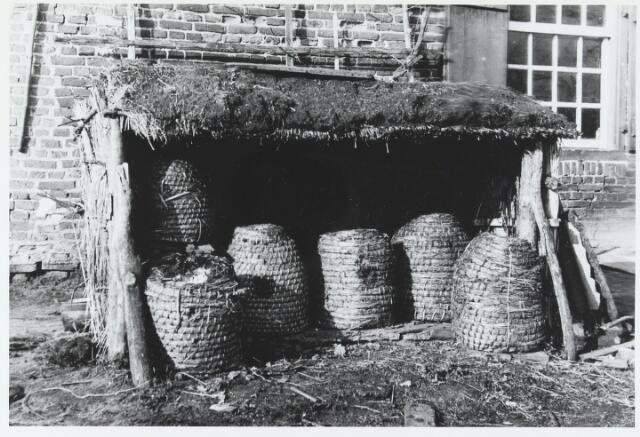 055596 - Hilvarenbeek, landbouw. Bijenstal te Hilvarenbeek in de jaren dertig.