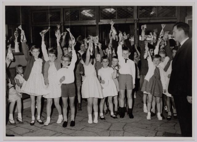 041191 - Vakbeweging. Op 31 augustus 1963 vierde de R.K. Bond Werkmeesters afd. Tilburg het 50-jarig bestaan. Op 14 september 1963 werd b.g.v. het jubileum een grote kindermiddag georganiseerd in het Chicago Theater aan de Koningin Julianastraat. Met optreden van een goochelaar, een tekenfilm en de film 'Grof geschut' met Stan Laurel en Olivier Hardy.