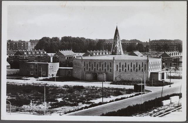 010619 - Beneluxlaan met parochiekerk en pastorie van de H. Pastoor van Ars, ontworpen door achitect ir. Th.A.J.B. van der Bolt. Nu wijkcentrum 't Sant met een openbare bibliotheek.