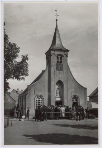 020267 - Bezoekers voor de Hasseltse kapel, waarschijnlijk in de maand mei