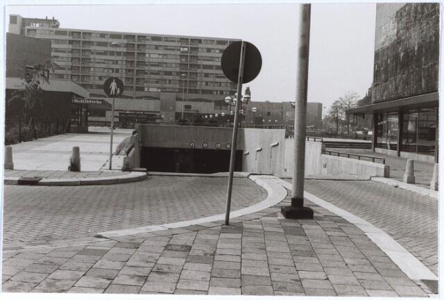 024279 - Een van de ingangen van de parkeergarage onder het Koningsplein. Hier de ingang gezien vanuit de Piusstraat