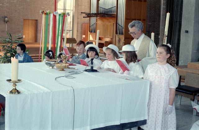 655277 - Eerste Heilige Communie viering bij Koningshoeven in Berkel-Enschot op 4 mei 1986. Leerlingen van de Jan Lighthartschool.