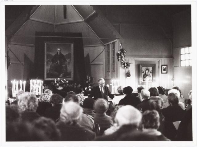 009842 - Pater Dankelman CSSR gaat het smeekuur voor in de Petrus Donders kapel op 2 maart 1982.