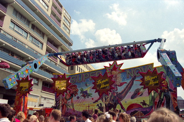 656886 - Plezier in de Super Nova op het Stadhuisplein tijdens kermis in 1991.