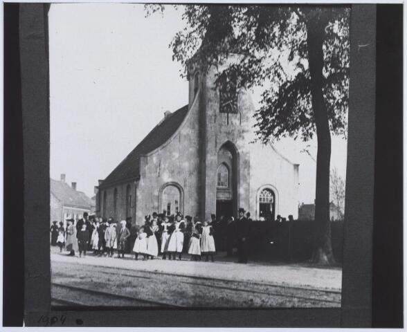 020250 - Inwoners van de Hasselt bij  'hun' kapel. Vanaf het begin is de kapel een aangelegenheid geweest van de bewoners van de herdgang Hasselt. De kapel was onafhankelijk van elke wereldse en geestelijke organisatie en werd beheerd door de bewoners zelf. Zij zorgden voor het onderhoud en de benodigde financiën. Bij kadastrale opmetingen in 1832 worden de kapel, de grond en het weiland rondom de kapel ten onrechte op naam van het kerkbestuur van de parochie Goirke geplaatst. In een brief d.d. 14 januari 1899 deelt de gemeente het Goirkese kerkbestuur mee dat de bedoelde percelen grond in volle eigendom komen aan de moederparochie. Deze draagt ze dadelijk over aan de net opgerichte parochie van Onze Lieve Vrouw van de Rozenkrans.