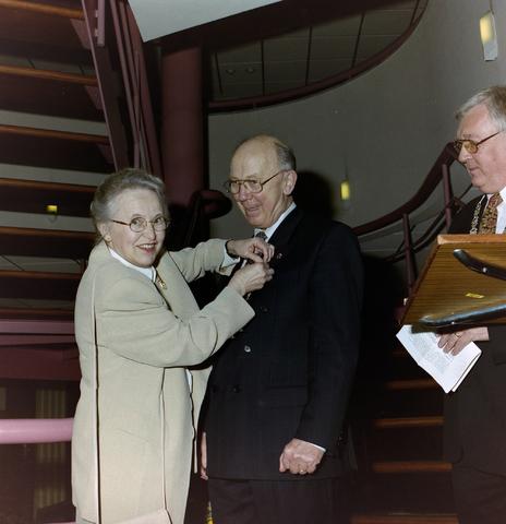 1237_001_070_011 - Creatief. De viering van 25 jaar FAK Lumen, de vereniging voor Foto- en videografie in Goirle in april 1997. De voorzitter krijgt een lintje. Rechts burgemeester Peter van den Baar.