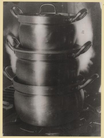 077416 - Tweede wereldoorlog 1940-1945. Een methode om de maaltijden warm te houden zonder extra energieverbruik. Herkomst, collectie gemeente Oisterwijk
