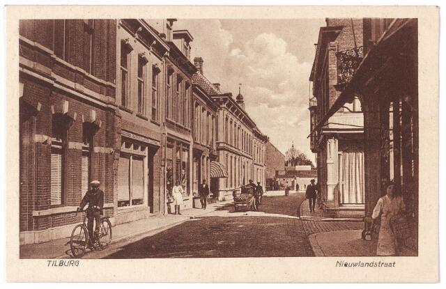 001652 - Nieuwlandstraat richting Stationstraat. In 1925 vinden we rechts op de hoek van de Mariastraat rijwielhandel Smulders. Links achtereenvolgens het pand van apotheker J.I. Keijzer, de bloemenwinkel van Lambertus Vugts en het sigarenmagazijn van Louisa Josephina Libert. Zij was afkomstig uit Blauwput (België). Boven de bloemenwinkel van Vugts staat de Latijnse zin 'semper floris' (steeds, of altijd bloemen). In 1945 was in het pand ernaast de speelgoed- en papierwinkel van Reijnen - Broers gevestigd, in de volksmond Rika Post genoemd