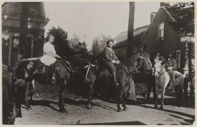 058758 - Regeringsjubileum van Koningin Wilhelmina in 1923.  v.l.n.r. Betsij van Willigen geb 26 8 1908 Amsterdam.  Jan Beunis.  Adr. Beunis.  Links de woning van burgemeester Smits.