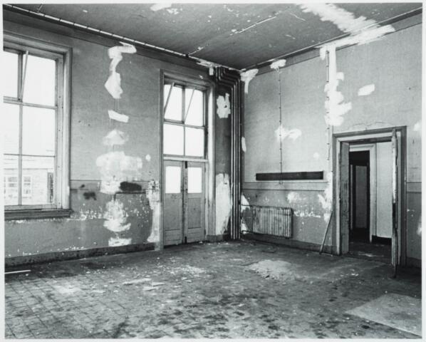 025372 - Interieur van het St. Josephgasthuis aan de Lange Nieuwstraat tijdens de sloop in 1977