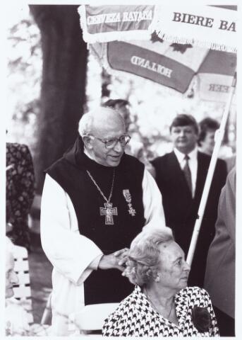063663 - Op Boerderij Denissen aan de Generaal Eisenhowerweg 1 werden de op 30 april 1990 gedecoreerden feestelijk ontvangen.