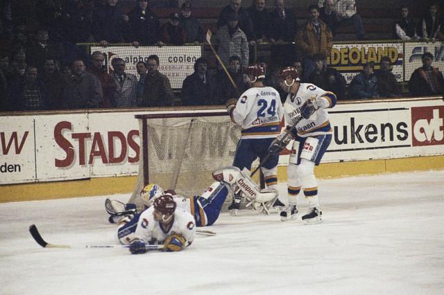 TLB023000643_003 - IJshockeyspelers tijdens een wedstrijd.