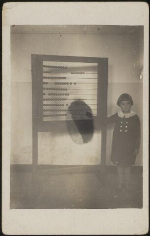 603826 - Anna (Annie) Hornman (1924-2008), oud 5 jaar bij ome Nelis in Nieuwkuijk. Nelis (Cornelis) Hornman (1870-1953) was onderwijzer en later schoolhoofd in Loon op Zand, hij woonde in Nieuwkuijk, zie foto 603823. Ouders van Anna waren Quirinus H. Hornman en Johanna M.C.van den Broek. Anna was gehuwd met Jan Buis.