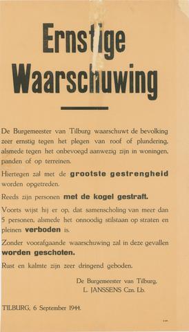 1726_020 - Affiche Tweede Wereldoorlog.   Waarschuwing van burgemeester van Tilburg L. Janssens op 6 september 1944.  Het plegen van roof of plundering en onbevoegde toegang tot woningen, panden of terreinen wordt streng bestraft, mogelijk zelfs met de doodstraf.  Daarnaast is er en verbod tot samenscholing met meer dan 5 personen. Het onnodig stilstaan in de openbare ruimte is eveneens verboden.  WOII. WO2.