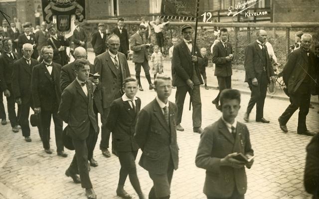 656362 - Kerkelijk erkende fietsbedevaart Tilburg-Kevelaer in 1927. Processie.