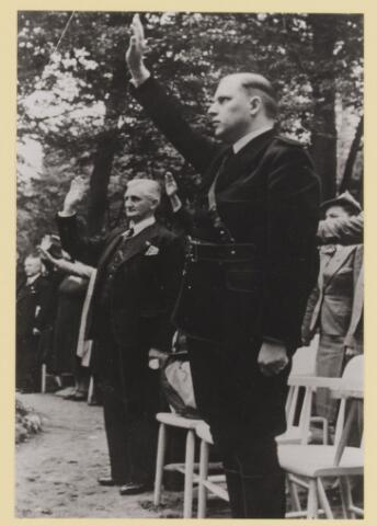 077303 - Arnold Meijer, leider van Zwart Front (1934-1941). 1941, verjaardag van de leider(geboren 1905- overleden1965). In de tuin van Groot Speyck.