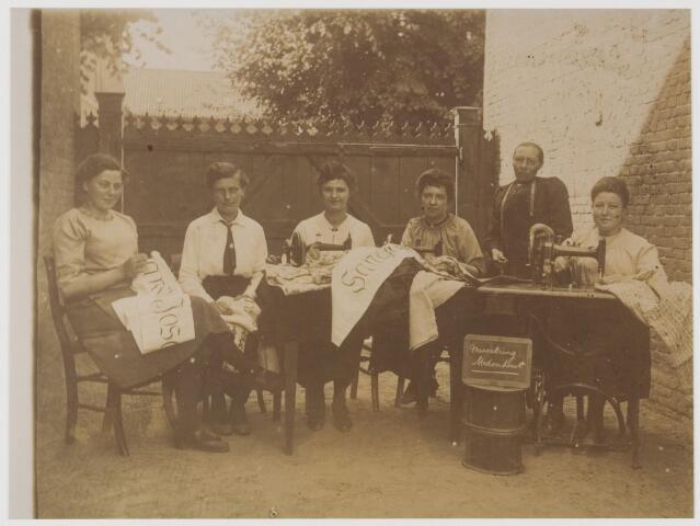 078550 - Zes dames van de Udenhoutse Missiekring voor hun naaimachines. De derde vrouw links is Cor Boom (1899-1989).