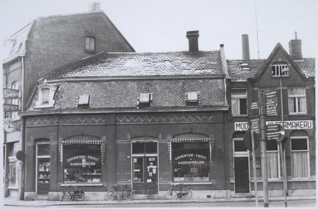 025876 - Groentezaak op de hoek Lieve Vrouweplein - Korvelseweg begin 1970