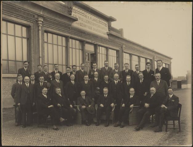604083 - AaBé, NV Flanel- en Wollenstoffenfabriek, voorheen Gebroeders van Spaendonck. De directie, bezoekers en personeel zijn gefotografeerd voor het entreegebouw van de fabriek aan de Fatimastraat (voorheen Hoevenseweg).De herkomst van de foto´s is verder onbekend, er zijn slechts enkele directieleden te herkennen op de voorste rij. De directie van de fabriek bestond o.a. uit de familie Van den Bergh.