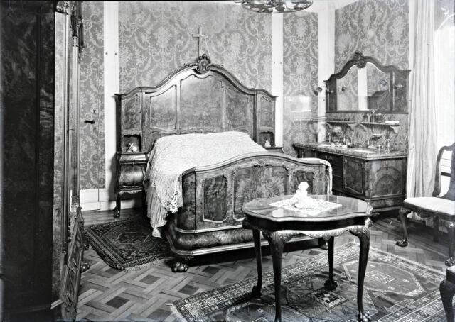 650562 - Interieur. Slaapkamer. Naast reclamefoto's kreeg fotograaf Schmidlin regelmatig een opdracht van particulieren tot het vastleggen van een vernieuwde en gemoderniseerde woon- of slaapkamer, omstreeks 1950.
