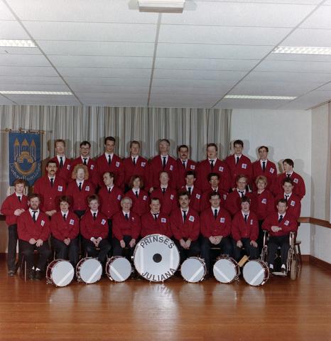 1237_012_961_003 - Muziek. Groepsfoto van Drumband Prinses Juliana in 1992. De drumband is voor mensen met een verstandelijke beperking.
