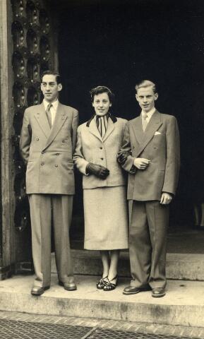 092292 - Van links naar rechts Rien Sleegers, geboren te Tilburg op 19 maart 1928, Betsie Sleegers, geboren te Tilburg op 12 februari 1936 en haar tweelingbroer Wil Sleegers, geboren te Tilburg op 12 februari 1936. Zij zijn kinderen van huisschilder Noud Sleegers en Miet de Kort. De foto werd genomen bij de ingang van de kerk van St. Jans Onthoofding te Goirle t.g.v.  het huwelijk van hun broer Sjaak met Jeanne Vromans uit Goirle.