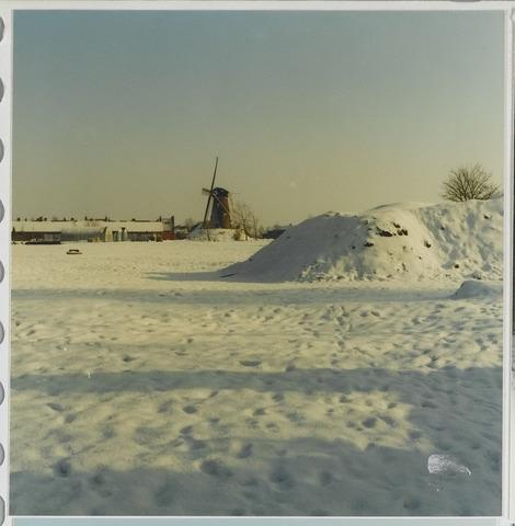 072233 - Sneeuwlandschap met molen aan de Groeneweg. Het besneeuwde terrein maakte deel uit van het fabriekscomplex van Pijnenburg's Weverijen.
