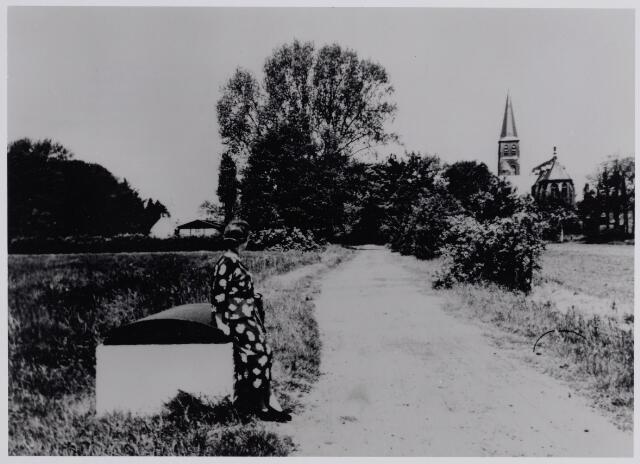045456 - Gezicht op de kerk van St. Jans Onthoofding. De zandweg, in de volksmond `puttendijk` genoemd, liet van De Leij naar het zwembad van Van Puijenbroek en het voormalige VOAB-terrein. Bij de put Celina Sophia de Bont - Van de Voorde, geboren te Terneuzen op 20 oktober 1981 en overleden te Goirle op 7 december 1984.