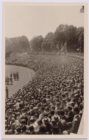043451 - Gemeentelijk sportpark. Bezoekers op de tribune van het stadion aan de Goirleseweg.