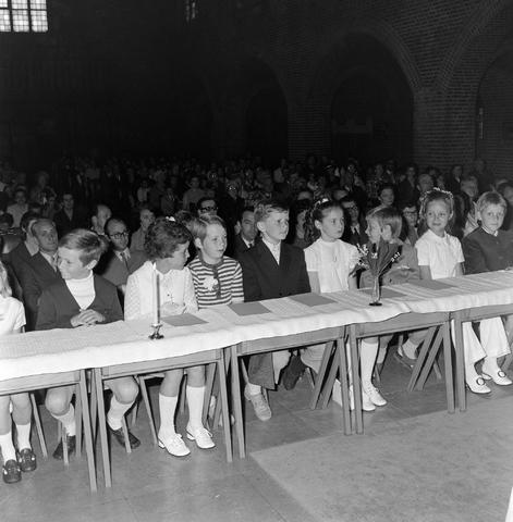 1237_012_983-1_008 - Religie. Kerk. Communicanten. De eerste Heilige Communie in de Maria Boodschap kerk in Goirle in mei 1971.