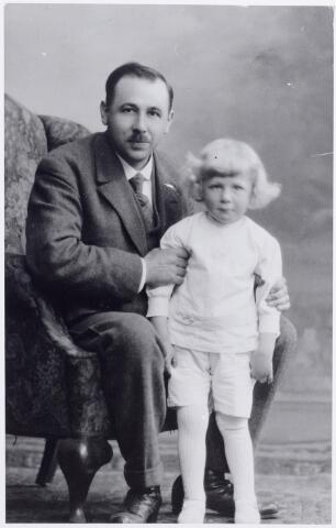 046138 - Petrus Wilhelmus Antonius Snels, geboren te Goirle op 8 juli 1886, en zijn zoon Antonius Gerardus Josephus Snels, geboren te Goirle op 28 mei 1918.
