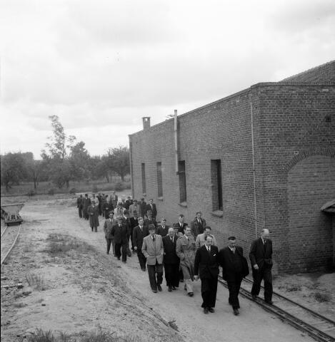 050283 - 1e steenlegging woningbouw door secretaris generaal en bezoek steenfabriek.