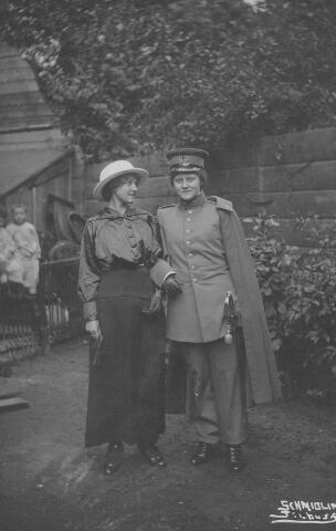 064441 - Links Maria Wilhelmina van Son-Donders geboren Tilburg 2 december 1898, overleden Tilburg 19 maart 1992, rechts  haar zus Louise Bergler-Donders, geboren in Tilburg op 9 december 1899. Louise draagt het uniform van een Nederlandse officier.