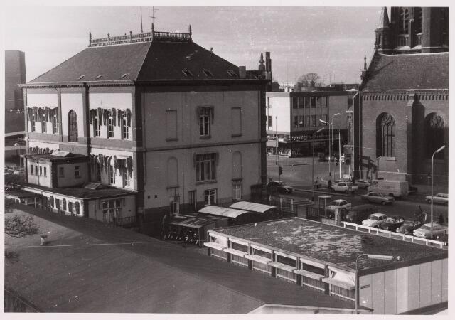 035805 - Achterzijde oude gemeentehuis aan het Stadhuisplein. op de achtergrond de nieuwe Schouwburgring