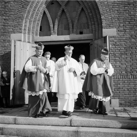 050324 - Bisschopswijding: mgr. A.C.A van Oorschot, mgr. Mutsaerts uit Den Bosch, mgr. J. Baeten uit Breda, mgr. J. Pessers.