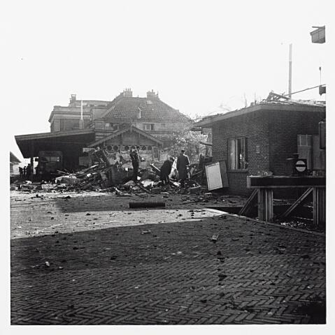 012180 - WO2 ; WOII ; Tweede Wereldoorlog. Vernielingen. Door een bom getroffen gebouw naast het station aan de Spoorlaan