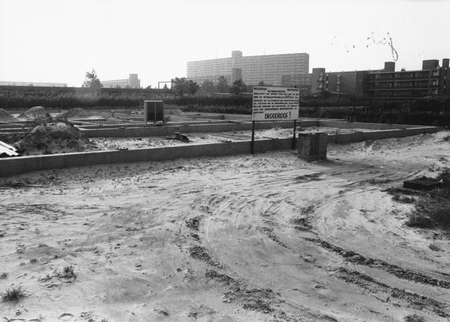 652865 - Bouwterrein waar een BP-benzineverkooppunt gepland is. Bewoners in de directe omgeving hebben hier bezwaar tegen. Over dit perceel was jarenlang een conflict tussen de gemeente en Garagehouder A. Oppermans t.a.v. onteigening en nieuwbouw.