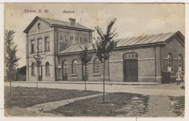 065246 - Openbaar vervoer. Het station te Alphen werd in 1867 gebouwd aan de spoorlijn van Turnhout naar Tilburg; door toeneming van het vrachtverkeer over de weg werd de lijn onrendabel en het vervoer per rails werd gestaakt; het station werd in 1968 afgebroken