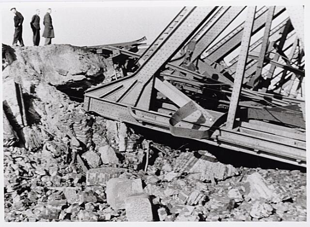 012351 - Tweede Wereldoorlog. Vernielingen. Detail van door de Duitsers opgeblazen spoorbrug over het Wilhelminakanaal nabij het LONGA-terrein