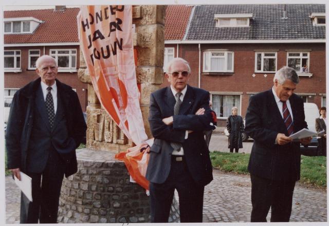 050095 - Volt, Algemeen, Kunstwerken, Onthulling, Voltvonk. Op 30 oktober 2002 werd dit monument opnieuw onthuld op het Transvaalplein, een locatie dicht bij het oude Voltterrein. Deze Voltvonk stond aanvankelijk op het terrein van Volt Noord. Van l.n.r.: Oud directeur Ir. A. Hoevenaars onder wiens bewind de Voltvonk gestalte kreeg.- Oud directeur Ir. W. Hoogenboezem, een van de drijvende krachten achter de overplaatsing.- Burgemeester J. Stekelenburg die het monument onthulde en namens de gemeente Tilburg in ontvangst nam.