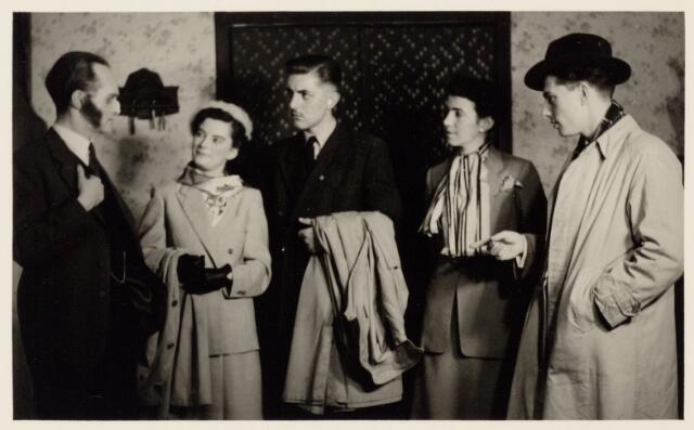104117 - Scene uit het toneelspel Ín het nestje van de antiquair' opgevoerd op 9 april 1953 door leden van de secretarie S.V. afd. toneel. vlnr: Louis de Cock, Willy Remmen, Mart v.d. Ven, Marij Kolen, Ferd. Reijnders.