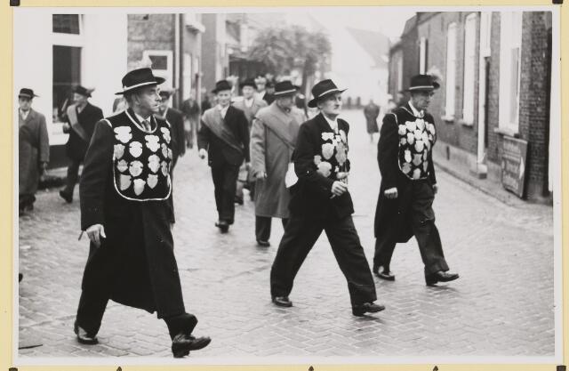 072863 - Afscheid burgemeester J.H. Bardoel.  Gildekoningen op weg naar het gemeentehuis. Vanaf links: C.v. Linschoten, J. v. Elderen, M.Vugts.