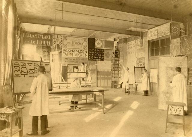 """602067 - Onderwijs. De afdeling """"verven en handtekenen"""" van de Ambachts- en Industrieschool aan de Spoorlaan in Tilburg. De school, gesticht in villa Guillaume, werd geopend op 1 oktober 1904. De gebouwen, eigendom van de gemeente Tilburg, werden op die dag ook plechtig in bruikleen overgedragen aan de """"Vereeniging Ambachts- en Industrieschool voor Tilburg en omstreken"""". De eerste leraar van de afdeling """"verven en handtekenen"""" was van 1904 tot 31 oktober 1908, J.H. Meijan."""