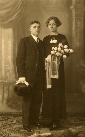 650414 - Schmidlin. Wever Leonardus F.A. Peijnenborg (Tilburg 1910-?) en zijn bruid Ida Coppens (Goirle 1909-1954). Het echtpaar huwde op 10 november 1934 te Goirle.
