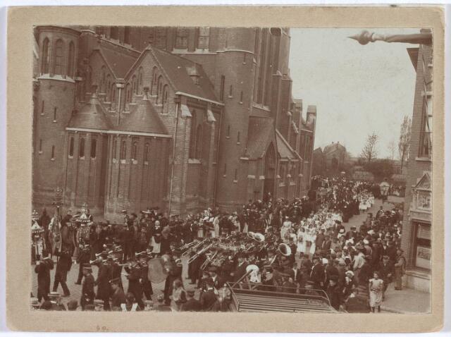 020002 - Plechtigheid in de Industriestraat (thans Hart van Brabantlaan) voor de kerk van het Heilig Hart