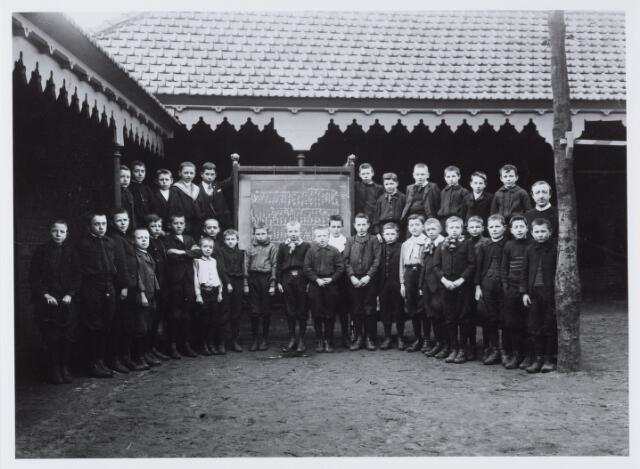 051289 - Basisonderwijs. Klassenfoto r.k. lagere school. De Leoschool. Het zangersgezelschap van deze school.