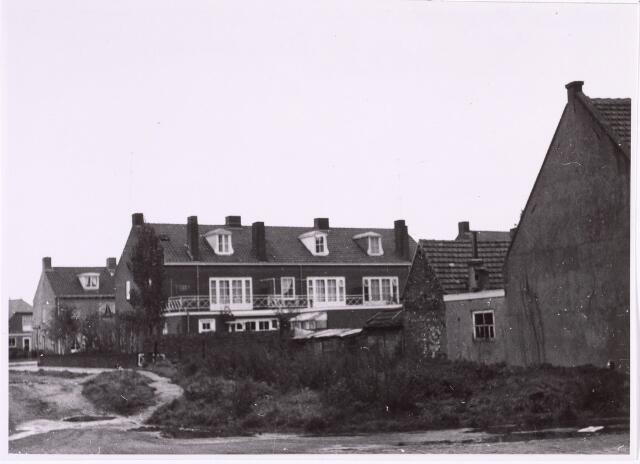 016824 - Achterzijde van woningen aan de Burgemeester Mutsaersstraat.