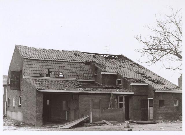 024373 - Achterzijde van een slooppand aan de Korhoenstraat begin 1973