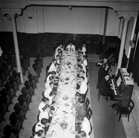 050461 - 50-jarig bestaan KAB en 25-jarig bestaan Kajotters. Taak: bundeling van activiteiten van de diverse R.K. Werkliedenverenigingen aanvankelijk in het federatief verband van de Bossche Diocesane Werkliedenbond, later als Tilburgse afdeling van de landelijke arbeiders- en vakbeweging op katholieke grondslag, tot de fusie daarvan met het N.V.V. in het F.N.V.