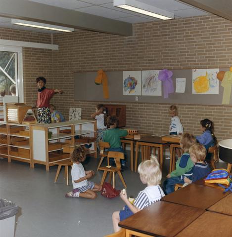 1237_012_915-2_003 - School Fatima, in- en exterieur met kinderen. Groep 1 - 2 aan het werk.